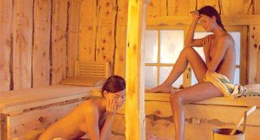 Wer Entspannung durch Wärme sucht, ist in der Sauna genau richtig. Schon beim Betreten schlägt einem eine trockene Hitze entgegen. Bereits innerhalb weniger Minuten kommt es zwischen dem Körper und der Umgebungsluft zu einem Wärmeaustausch.