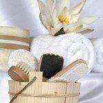 aktive hautpflege in der Sauna mit diversen Bürsten