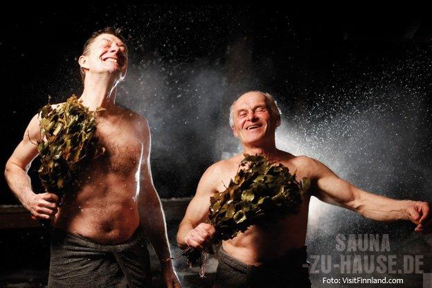 Weltweit-schwitzen-Männer-mit-Birkenrute