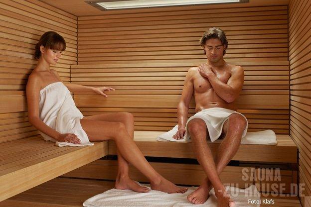Weltweit-schwitzen-Paar-in-finnischer-Sauna