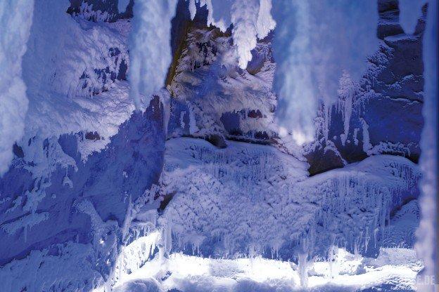 Ice-Age-Gute-Boden,-Wände-und-auch-die-Sitzbank-sind-völlig-mit-Schnee-bedeckt