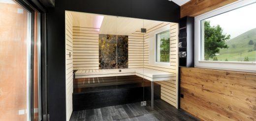 Endlich-daheim_Diese-Kabine-zeigt,-wie-man-eine-moderne-Sauna-in-den-Wohnbereich-integriert-und-steht-sie-für-eine-gelungene-Kombination-aus-Transparenz-und-Alpenchic