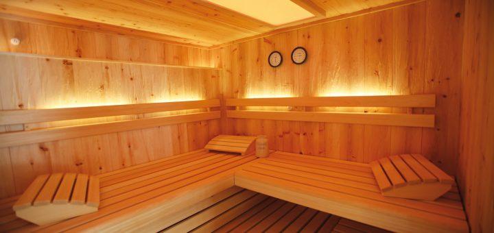 Holz-Machts_Prima-Klima,-ein-angenehmer-Duft-nach-Holz-und-Harz-und-genau-die-richtige-Temperatur-–-die-Vorteile-einer-Sauna-in-Massivholzbauweise-liegen-auf-der-Hand