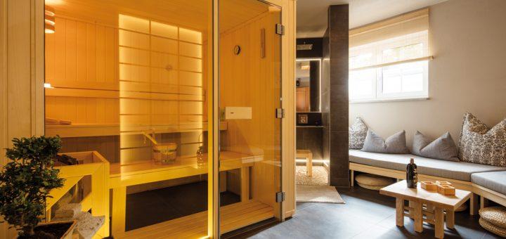 Wellness-wie-in-Japan_Die-hochwertige-Elementsauna-mit-großzügiger-Glasfront-passt-harmonisch-zur-dahinter-liegenden-Sitzdusche
