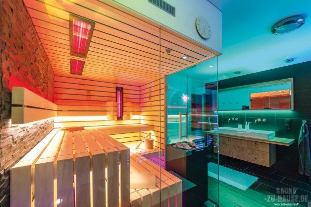 highlights_eine-durchdachte-lichtgestaltung-die-gerade-formensprache-und-eine-grosszuegige-glasfront-machen-diese-sauna-zum-designobjekt-im-badezimmer